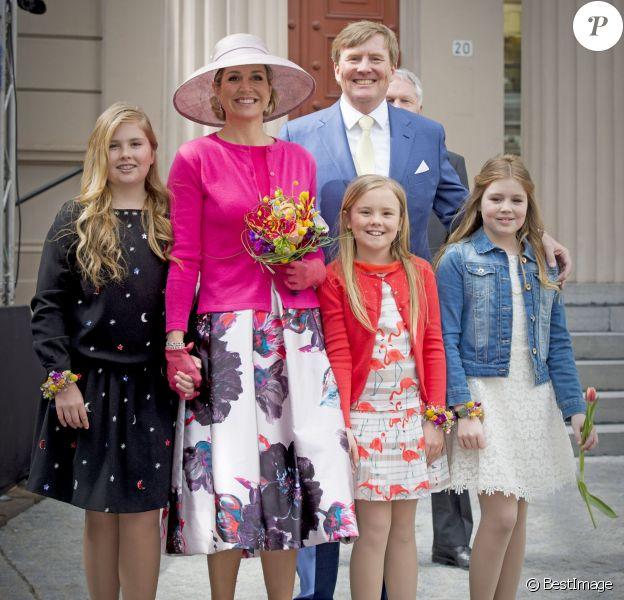 Le roi Willem-Alexander, la reine Maxima des Pays-Bas et leurs filles, la princesse Catharina-Amalia, la princesse Ariane et la princesse Alexia posant lors de la Fête du Roi le 27 avril 2016 à Zwolle pour les 49 ans du roi Willem-Alexander des Pays-Bas.