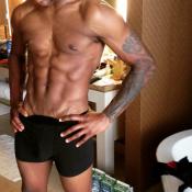 """Usher : Entièrement nu dans sa salle de bain, le chanteur """"se défoule"""""""