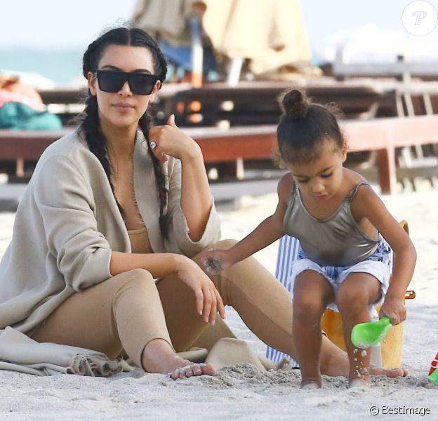 Exclusif - Kim Kardashian et sa fille North sur la plage Kourtney et ses enfants lors de leurs vacances à Miami, le 22 avril 2016.