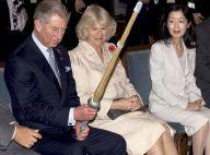REPORTAGE PHOTOS : Le prince Charles et Camilla au Japon, day 1 : Charles est très intrigué par son bambou... quel métier !