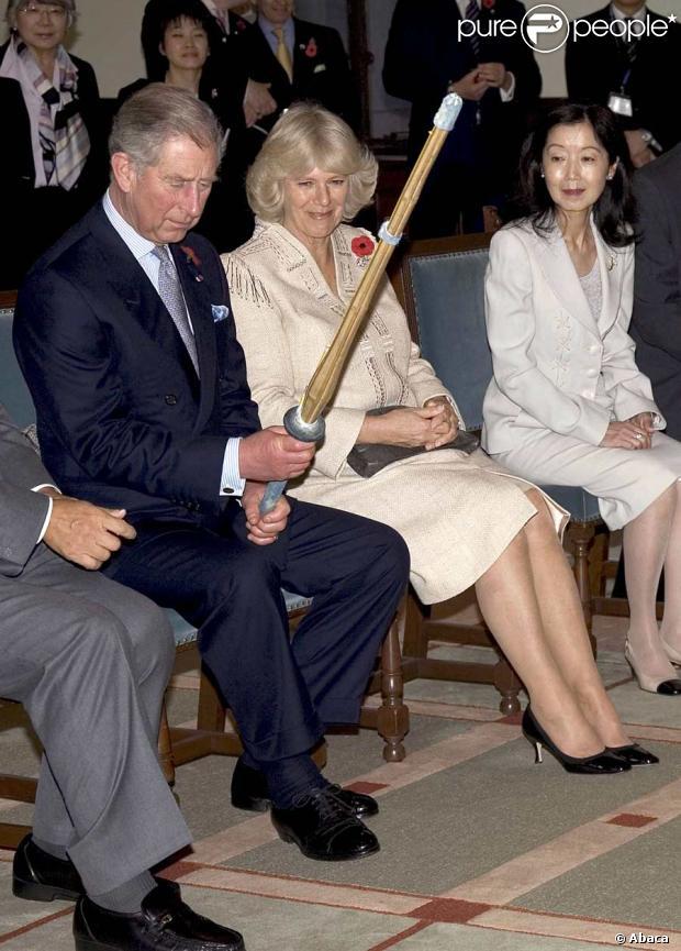 reportage photos le prince charles et camilla au japon day 1 charles est tr s intrigu par. Black Bedroom Furniture Sets. Home Design Ideas