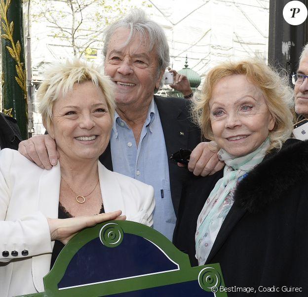 Catherine Salvador, Alain Delon et Isabelle Aubret à l'inauguration de la place Henri Salvador au 43, boulevard des Capucines à Paris le 3 mai 2016