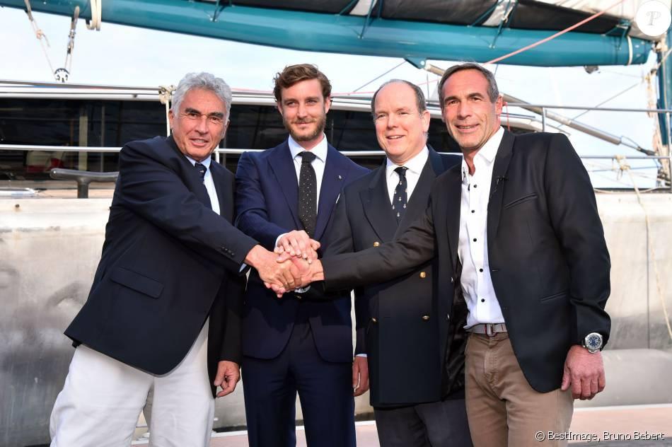 """Bernard d'Alessandri, secrétaire général du Yacht Club de Monaco, Pierre Casiraghi, vice-président du Yacht Club de Monaco, le prince Albert II de Monaco et Mike Horn, l'aventurier, à la double nationalité suisse et sud-africaine, ont assisté à la présentation de sa nouvelle expédition : """"Pole2Pole"""", à bord de son voilier Pangaea, amarré au Yacht Club de Monaco le 6 mai 2016. ©Bruno Bebert/Bestimage"""