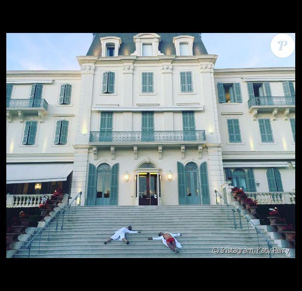 """""""We cannes't"""" ! Katy Perry et Orlando Bloom, épuisés par les mondanités du Festival de Cannes, s'allongent en peignoir sur les marches du Cap-Eden-Roc à Antibes. Photo publiée le 20 mai 2016."""
