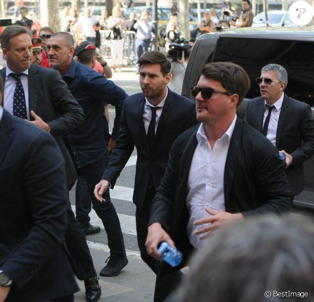 Lionel Messi et son père Jorge Horacio Messi arrivent au tribunal pour son procès pour fraude fiscale à Barcelone, le 2 juin 2016.