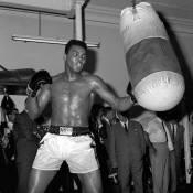 """Mohamed Ali : Un """"raciste repenti"""" ? John Legend et Chrissy Teigen le défendent"""