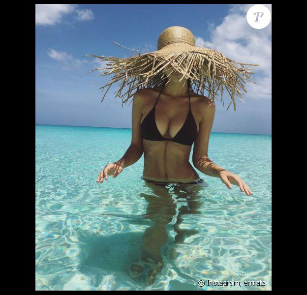Emily Ratajkowski est parti dans les Caraïbes pour son 25e anniversaire. Elle a publié des photos torrides d'elle en maillot de bain sur sa page Instagram, au début du mois de juin 2016