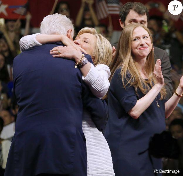 Hillary Clinton, Bill Clinton, sa fille Chelsea Clinton enceinte et son mari Marc Mezvinsky - Hillary Clinton a revendiqué mardi sa victoire aux primaires démocrates lors d'un discours lors du dernier Super Tuesdayà Brooklyn, le 7 juin 2016. © Charles Guerin/Bestimage