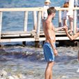 Kevin Trapp et sa compagne Izabel Goulart très amoureux sur la plage à Ibiza, le 19 juin 2016.