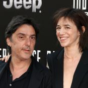 Charlotte Gainsbourg, avec son chéri Yvan Attal, affiche son nouveau look sexy