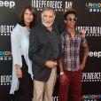 """Judd Hirsch et sa famille- Avant-première du film """"Independence Day - Resurgence"""" au théâtre TCL Chinese à Hollywood, Californie, le 20 juin 2016."""