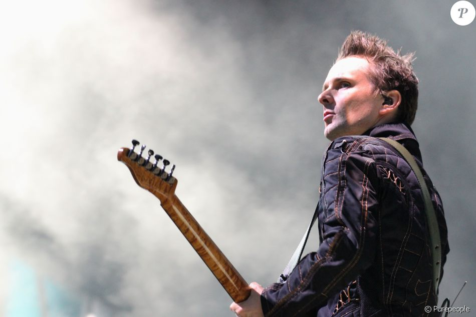 Matthew Bellamy, leader du groupe Muse, en concert dans la Fan Zone de la Tour Eiffel, à Paris, le 28 juin 2016. © Lise Tuillier