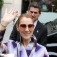 Céline Dion salue ses fans devant son hôtel à Paris le 29 juin 2016.