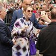 La chanteuse Céline Dion salue ses fans devant son hôtel à Paris le 29 juin 2016.