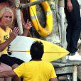 """Jean Dujardin et Noëlle Perna (Mado la Niçoise) sur la plage des bains militaires à Nice pour la première journée de tournage du film """"Brice 3 """"…Parce que le 2 je l'ai cassé!"""" sous la direction du réalisateur James Hunt, le 14 septembre 2015."""