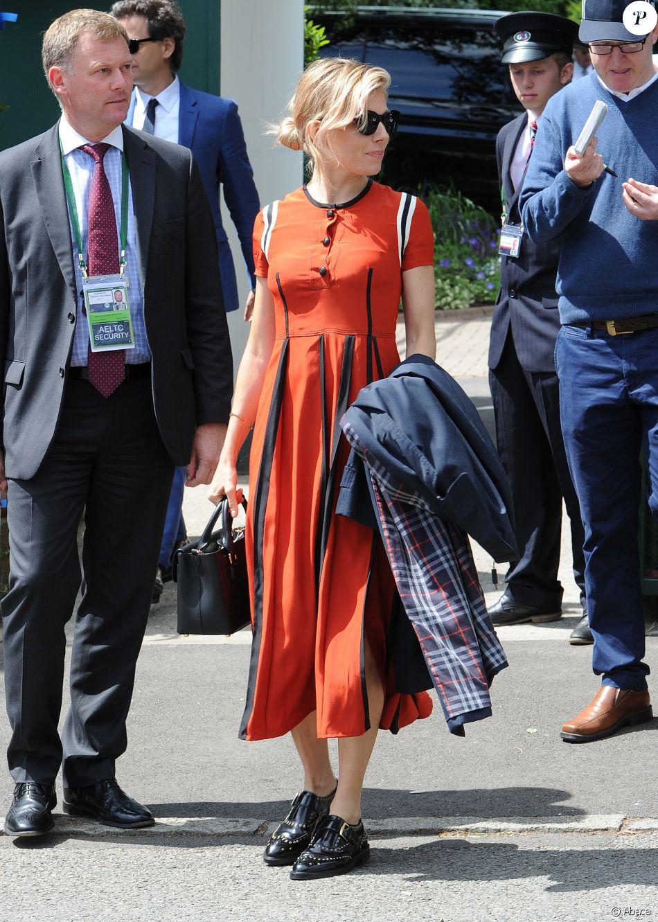 Sienna Miller au Wimbledon Tennis Club à Londres, porte des lunettes de  soleil, un trench-coat, une robe et un sac Burberry (modèle Saddle). 841322cee312