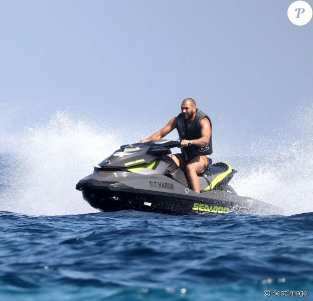 Karim Benzema s'éclate en vacances avec des amis à Saint-Tropez, France, le 9 juillet 2016.