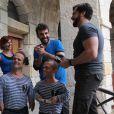"""Laurent Ournac tout sourire face à EnjoyPhoenix et Yann-Alrick Morteuil remplis de boue, dans """"Fort Boyard"""" diffusé le 16 juillet 2016, sur France 2"""