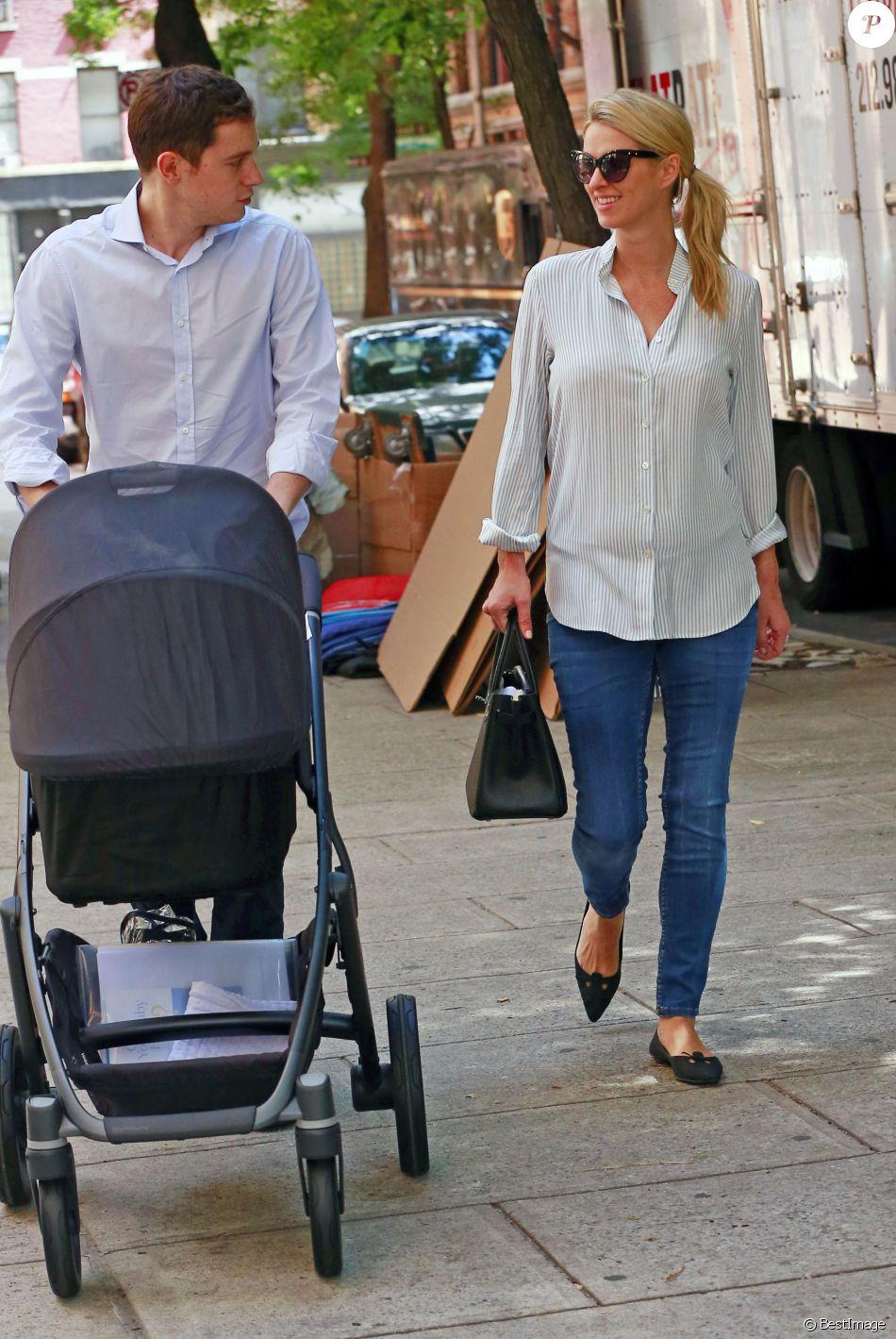 Les jeunes parents Nicky Hilton, son mari James Rothschild et leur fille Lily-Grace se promènent à New York, le 11 juillet 2016, quelques jours après la naissance de leur bébé.11/07/2016 - New York