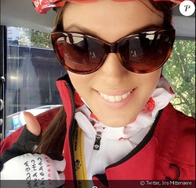 Iris Mittenaere sur le Tour de France avant sa chute et son hospitalisation pour une fracture de la clavicule, le 15 juillet 2016.