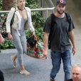 Liam Hemsworth et sa petite-amie Miley Cyrus prennent un vol à Brisbane en Australie le 1er mai 2016.