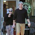 Exclusif - Miley Cyrus et son petit ami Liam Hemsworth ont achete des boissons au Starbucks a Los Angeles Le 22 decembre 2012