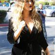 """Khloe Kardashian et son beau-frere Scott Disick se tiennent la main sur le tournage de l'emission """"Keeping Up With The Kardashians"""" devant le Grilled Cheese Truck a Van Nuys, le 8 novembre 2013."""
