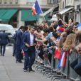 Dimitri Payet - Les joueurs de l'équipe de France de football signent des autographes aux supporters à la sortie de l'Elysée à Paris le 11 juillet 2016.