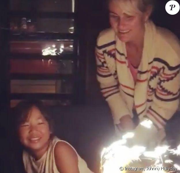 Joy Hallyday souffle ses 8 bougies sous le regard de sa maman, Laeticia. Une vidéo filmée à Saint-Barthélemy par Johnny et postée sur sa page Instagram, le 28 juillet 2016.