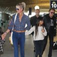 Exclusif - Johnny Hallyday repart en famille avec sa femme Laeticia, ses filles Jade et Joy et Eliette, la grand-mère de Laeticia à Saint-Barthélemy de l'aéroport Roissy Charles de Gaulle le 27 juillet 2016.