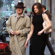 """Exclusif - Stephanie Seymour achete des sous-vetements sexy dans une boutique de lingerie """"Agent provocateur"""" a Milan sous le regard de son mari Peter Brant, le 22 octobre 2013"""