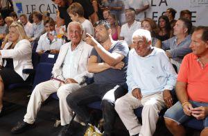 Jean-Paul Belmondo a chaud mais garde la pêche pendant un show de boxe