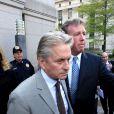Michael Douglas quitte le palais de justice avec sa femme Diandra Douglas à Manhattan, New York, le 20 avril 2010.