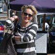 Sharon Stone, très souriante, se promène dans les rues de Los Angeles, le 13 février 2016