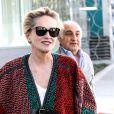 L'actrice Sharon Stone fait du shopping à Beverly Hills dans une fabrique de tapis, elle porte un pancho qui correspond aux motifs des tissus du magasin, Los Angeles le 4 décembre 2015.