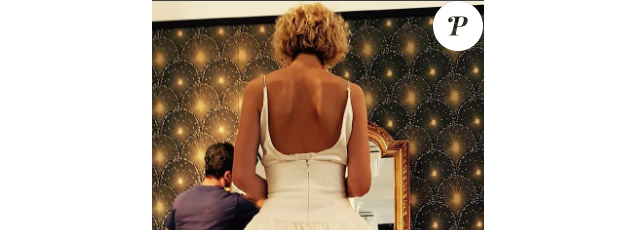 """Alexandra Lamy en robe de mariée sur le tournage de """"L'embarras du choix"""". (photo prise le 1er août 2016)"""