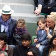Elodie Gossuin avec son mari Bertrand Lacherie et leurs enfants Rose et Jules dans les tribunes des internationaux de France de Roland Garros à Paris le 4 juin 2016. © Moreau - Jacovides / Bestimage