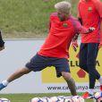 Lionel Messi, blond platine, lors de l'entraînement du FC Barcelone à Burton-on-Trent, le 25 juillet 2016.