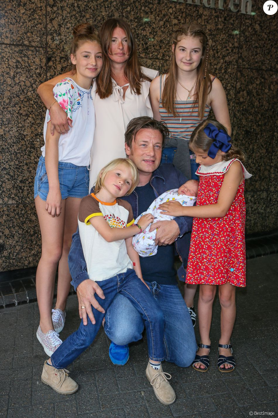 Jamie Oliver et sa femme Jools ont présenté leur 5e enfant, un garçon dont le prénom n'a pas encore été décidé, en sortant de l'hôpital Portland à Londres, le 8 août 2016 en présence de leurs enfants Poppy Honey (14 ans), Daisy Boo (12 ans), Petal Blossom (6 ans) et Buddy Bear (5 ans).