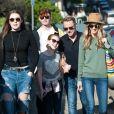 Exclusif- Ronan Keating, ses enfants Missy, Ali et Jack et sa femme Storm se promènent à la plage de Bondi an Australie le 10 juillet 2016.