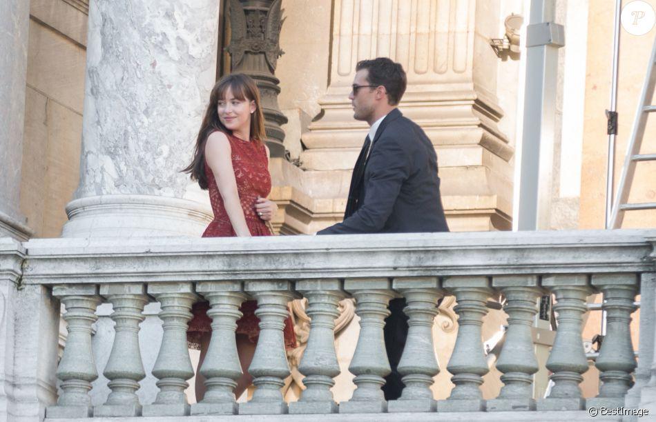 Dakota Johnson et Jamie Dornan tournent une scène du film 50 nuances ...