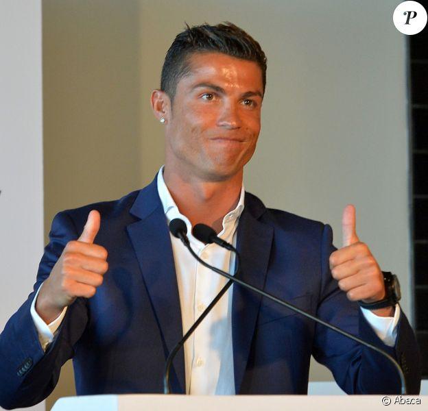Cristiano Ronaldo lors de l'inauguration à Funchal, à Madère, du Pestana CR7 Hôtel, le 22 juillet 2016, en présence de sa famille et du président du gouvernement local, Miguel Albuquerque. © Look Press Agency/ABACAPRESS.COM