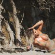 """Amy Lee Summers en pleine séance photo pour """"138 Water"""" sur la plage de Malibu. Los Angeles, le 11 août 2016."""