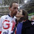 Bradley Wiggins avec sa femme Catherine après sa victoire dans la poursuite par équipe aux Jeux olympiques de Rio de Janeiro le 12 août 2016, sa cinquième médaille d'or. © Owen Humphreys/PA Wire/ABACAPRESS.COM
