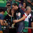 Bradley Wiggins avec sa femme Catherine après sa victoire dans la poursuite par équipe aux Jeux olympiques de Rio de Janeiro le 12 août 2016, sa cinquième médaille d'or. © David Davies/PA Wire/ABACAPRESS.COM
