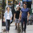 Jesse Metcalfe et sa compagne Cara Santana promènent leurs chiens dans le quartier de East Village à New York City, New York, Etats-Unis, le 8 août 2016.