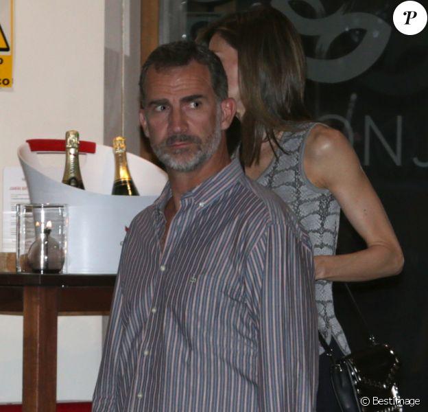 Le roi Felipe VI et la reine Letizia d'Espagne quittent La Llonja del Mar, un de leurs restaurants favoris, le 23 août 2016 à Madrid. Ils ont dîné en amoureux après être allés voir le film Everybody Wants Some!! dans un cinéma voisin.