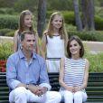 Le roi Felipe VI et la reine Letizia d'Espagne avec leurs filles les princesses Leonore et Sofia au palais de Marivent à Palma de Majorque, le 4 août 2016.