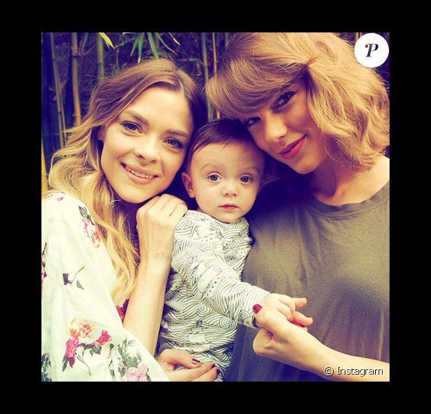 Jaime King fête les six mois de son fils Leo Thames avec sa marraine, la popstar Taylor Swift. Photo publiée sur Instagram en janvier 2016