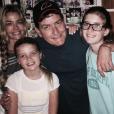 Charlie Sheen avec ses filles Sam et Lola ainsi que son ex-femme Denise Richards. Photo publiée sur Instagram, le 1er septembre 2016